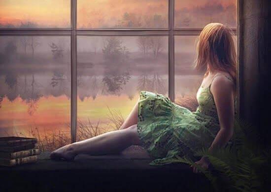 tyttö istuu ikkunalaudalla