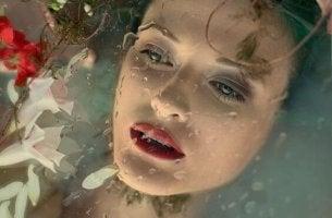 nainen veden alla
