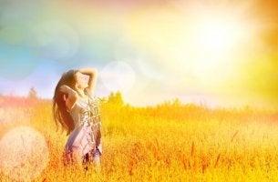 onnellinen ja vapaa nainen pellolla