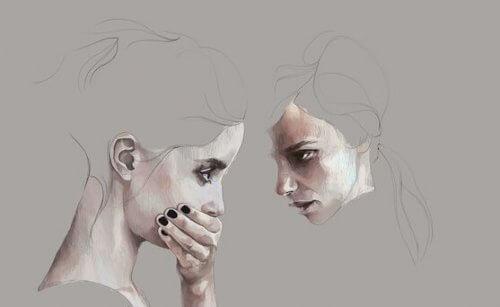 nainen kuuntelee ja toinen peittää suunsa