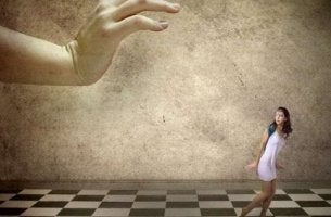 suuri käsi pieni ihminen