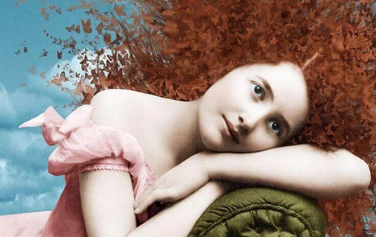 punatukkainen nainen sohvalla
