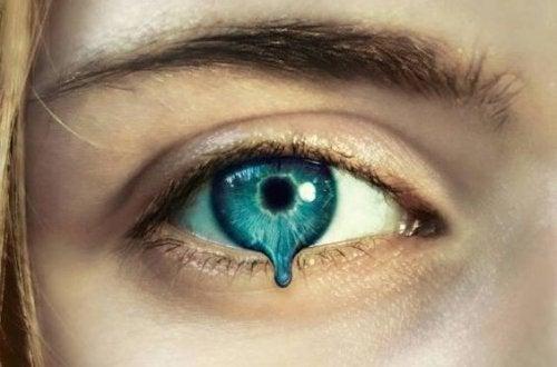 silmän iiris valuu pois