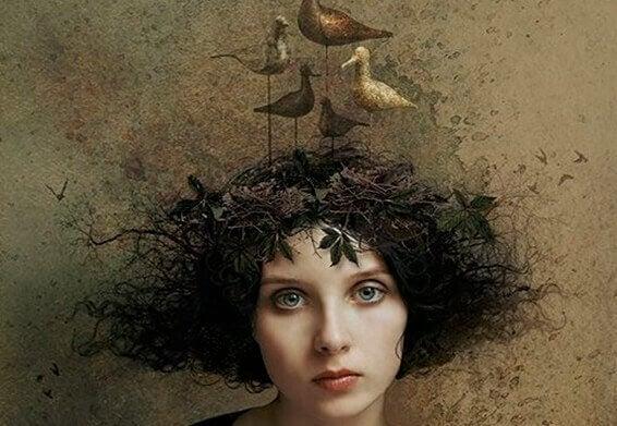naisella on linnunpesä päässään