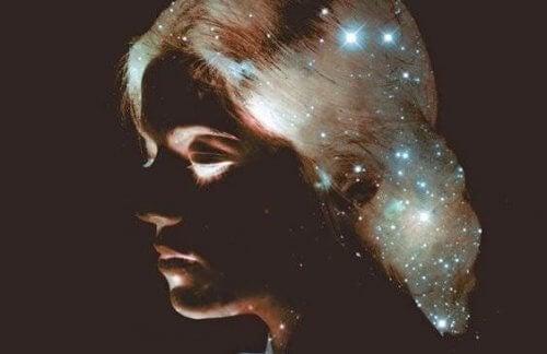 naisen tähtihiukset