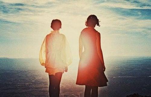 kaksi ihmistä katsoo merelle