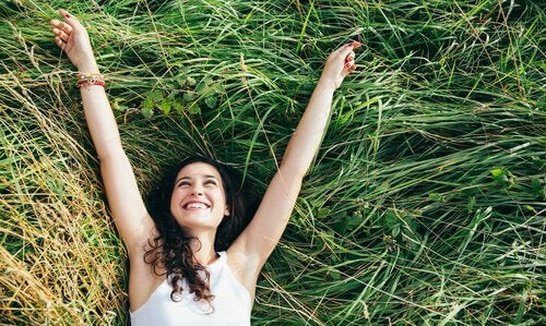 onnellinen nainen ruohikolla