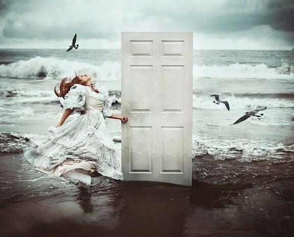 nainen avaa rannalla olevan oven