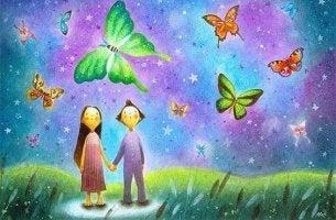 pariskunta katselee perhosia