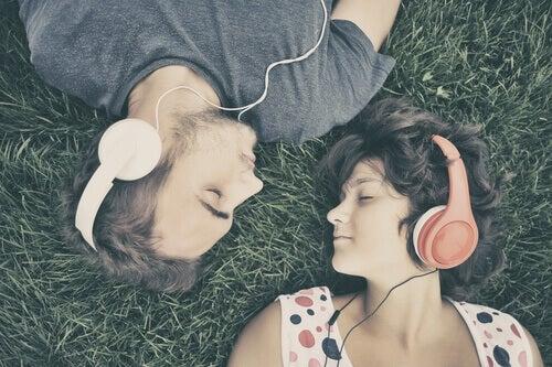poika ja tyttö kuuntelevat musiikkia sillä se parantaa muistia