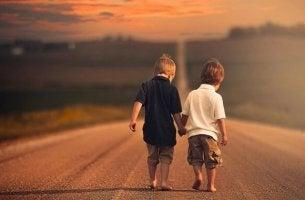 pojat kävelevät käsi kädessä
