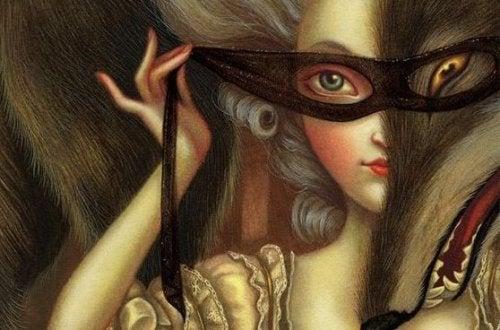 nainen valmistautuu naamiaisiin