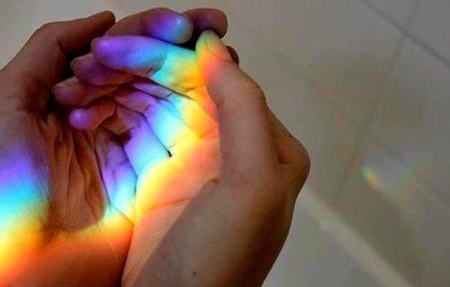kuin sateenkaari käsissä