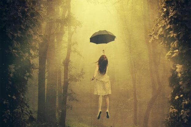 nainen lentää sateenvarjolla