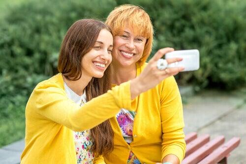 Äiti ja tytär kuvassa