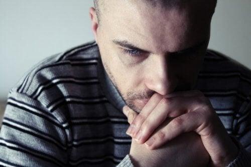 miettivä ja surullinen mies