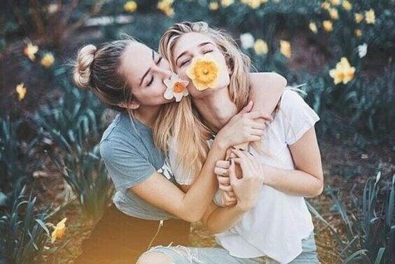 Ystävykset pelleilevät kukkien kanssa