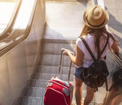 Tyttö matkustaa