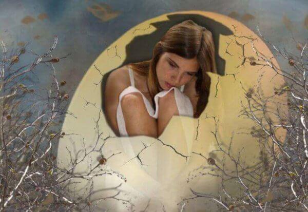 nainen kuoriutumattoman munan sisällä