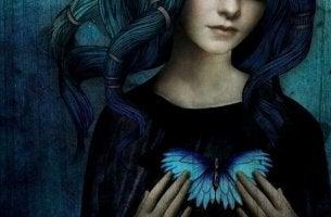 nainen ja suuri perhonen