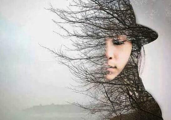 Puu tytön silhuettina