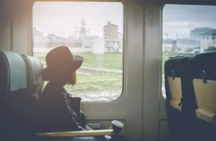 Tyttö katsoo junan ikkunasta