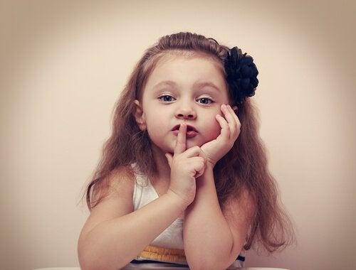 Tyttö pyytää hiljaisuutta