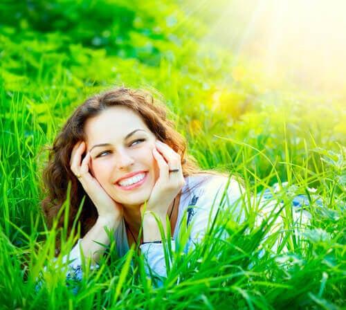 hymyillen auringonpaisteessa