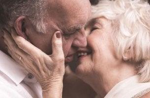 vanhukset suutelevat