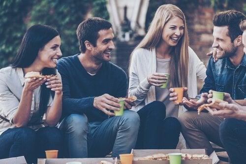ystävykset pitävät yhdessä hauskaa
