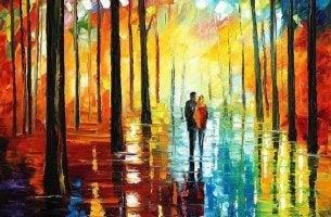 Metsässä kävelevä pariskunta