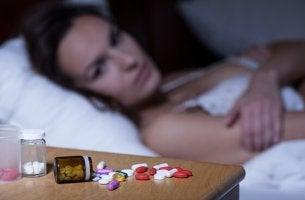 bentsodiatsepiinit naisen yöpöydällä