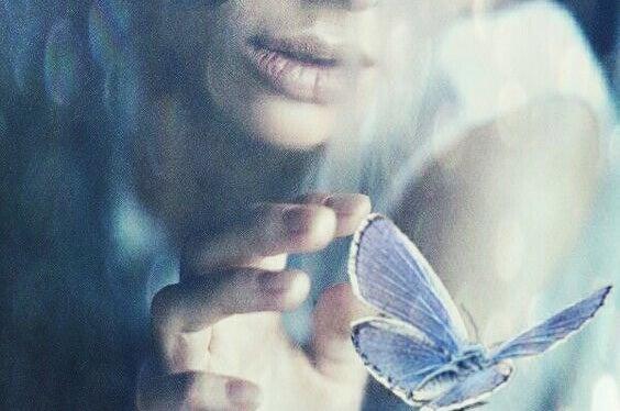 utuinen nainen ja perhonen