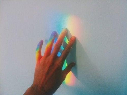 käsi ja prisman värit