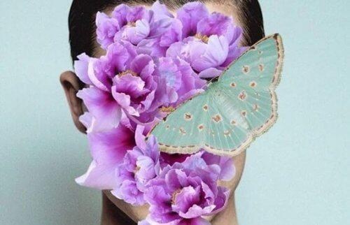 kukat ja perhonen naisen kasvoilla