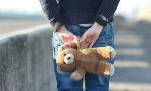 lapsi nalle kädessään