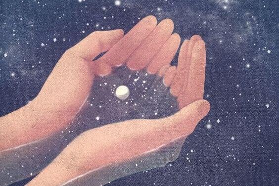 kädet yrittävät ottaa tähtisumua