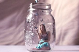 nainen lasipullossa