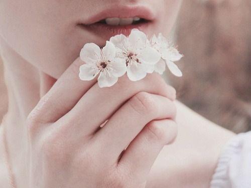 naisella kukkia