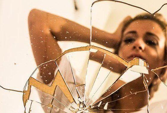 nainen ja rikkoutunut peili
