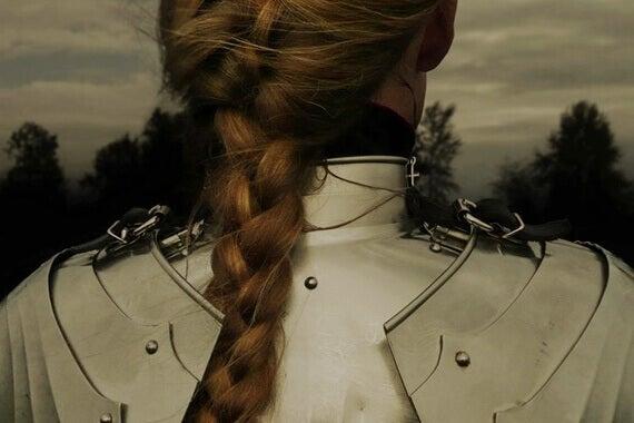 Nainen haarniska yllään