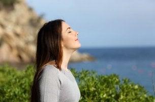 Meri-ilmaa hengittävä nainen