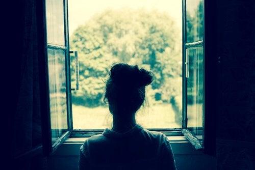 Nainen avoimen ikkunan äärellä