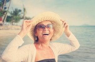 Iloinen nainen viisissäkymmenissä