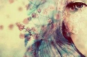 nainen ja hentoja kukkia