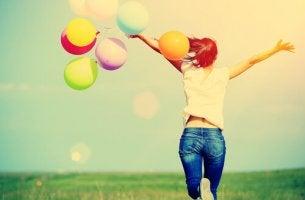 onni on juoksua ilmapallojen kanssa