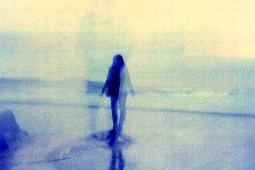 nainen veden päällä