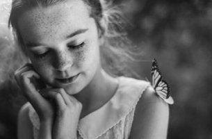tyttö ja perhonen