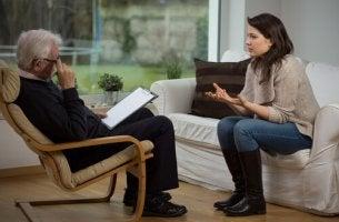 nainen on mennyt psykologin luokse