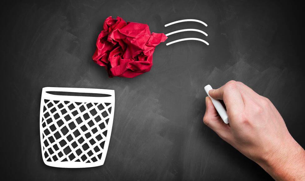 Punainen paperipallo liitutaululla